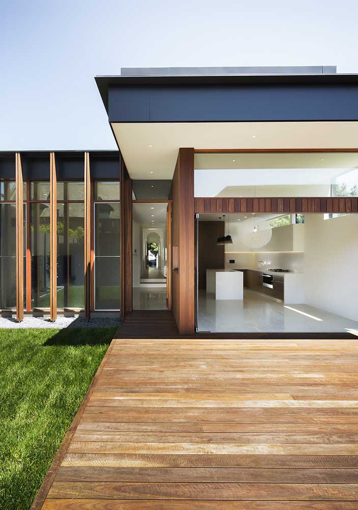 Casa de ambientes integrados com planta em L