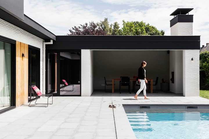 Casa em L pequena e simples, mas sem abrir mão da varanda e da piscina