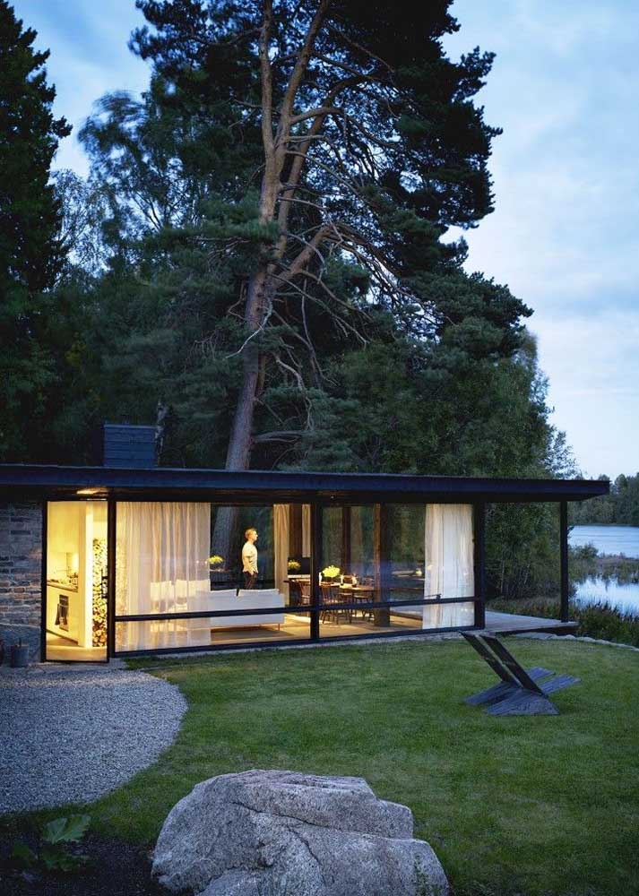 Para valorizar a vista do campo e do lago, essa casa foi desenhada com grandes janelas de vidro
