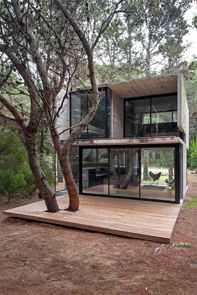 Casa contemporânea planejada com paredes em vidro para facilitar a entrada de luz natural