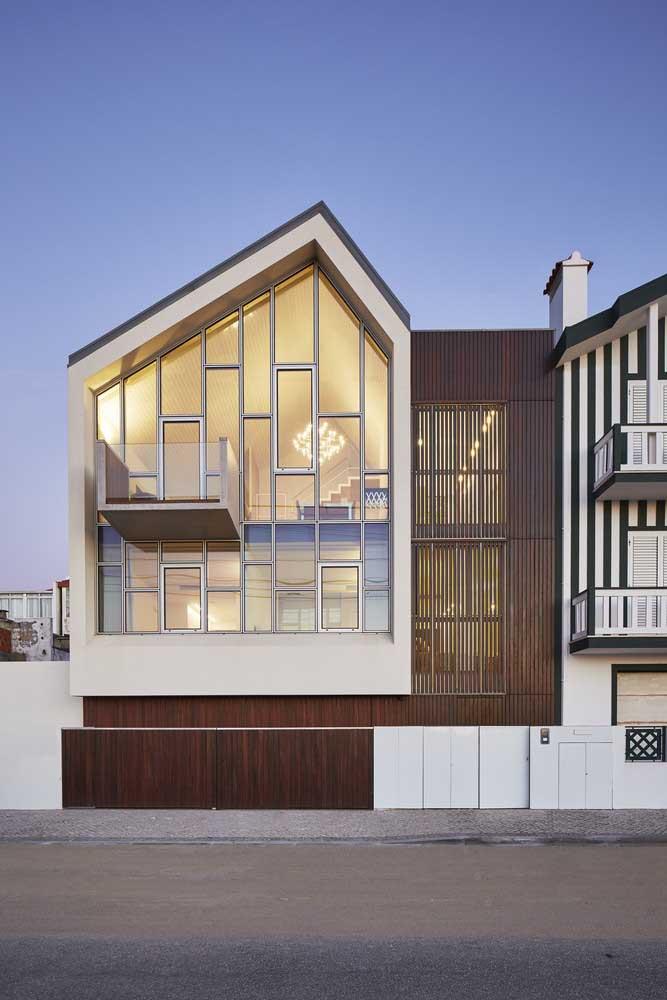 A casa coladinha na outra, configuração comum nos centros urbanos, solucionou a questão da iluminação natural usando vidro na fachada