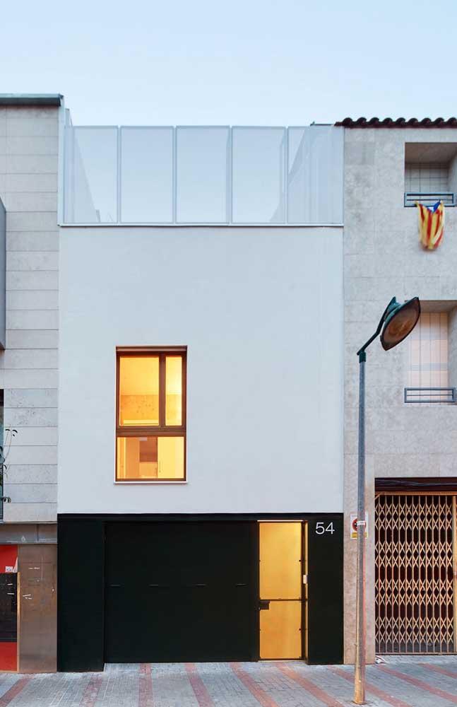 Casa planejada em área urbana; o terraço no andar superior cria uma área aberta no imóvel