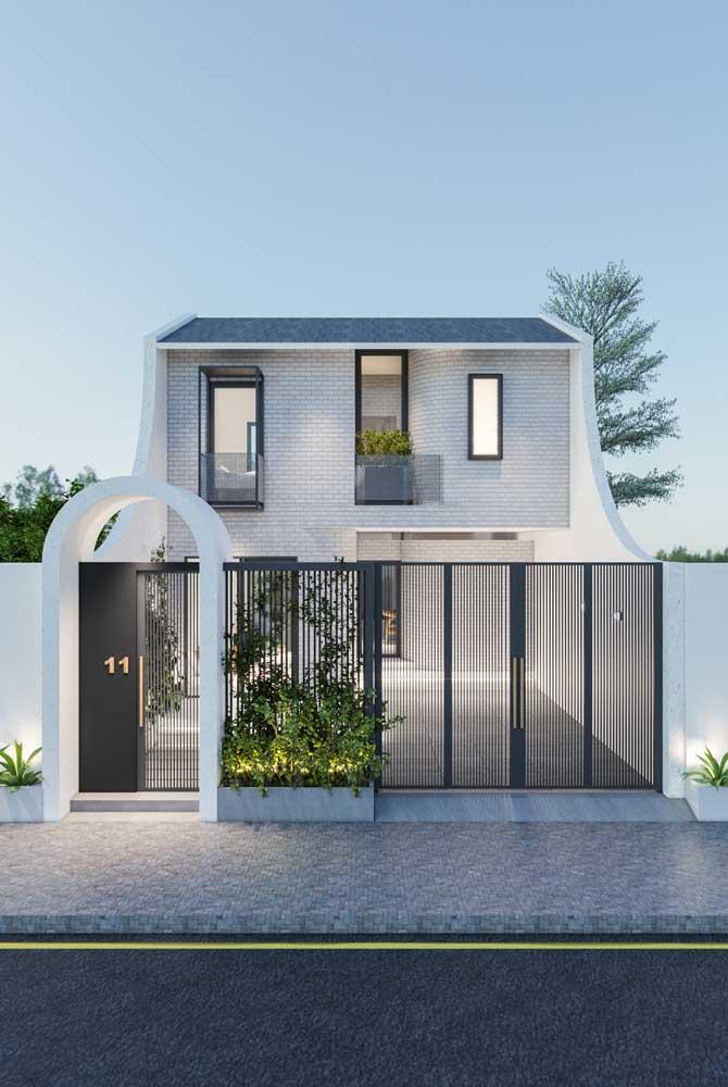 Casa planejada com quintal e portão vazado para valorizar a arquitetura da casa