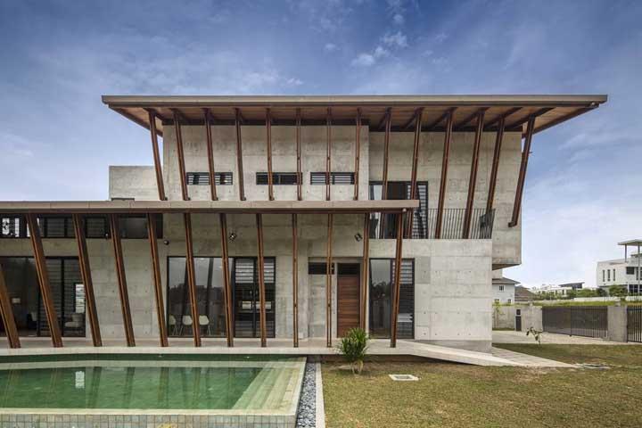 O terreno grande ganhou uma casa com arquitetura moderna e diferenciada, além da piscina próxima ao jardim