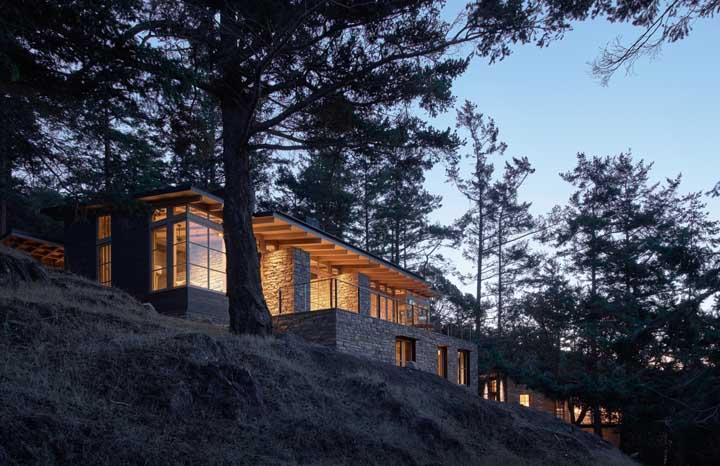 A escolha de construir a casa na parte alta do terreno valorizou a vista e aproveitou melhor o potencial de luz natural que pode alcançar a casa