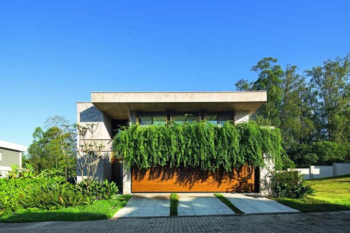 Casa planejada moderna com jardim e parede verde