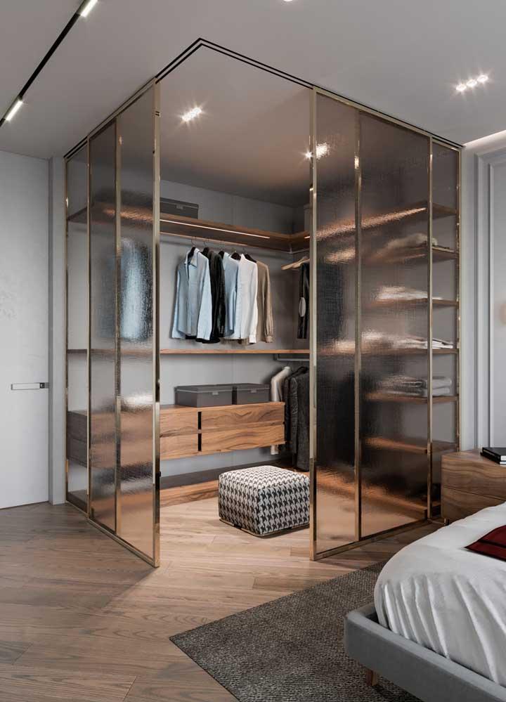 A parte interna da casa planejada trouxe, no quarto, um closet com portas de vidro de correr
