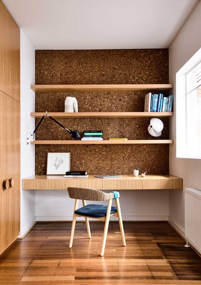 Um home office planejado com espaço exato para prateleiras e uma mesa sob medida