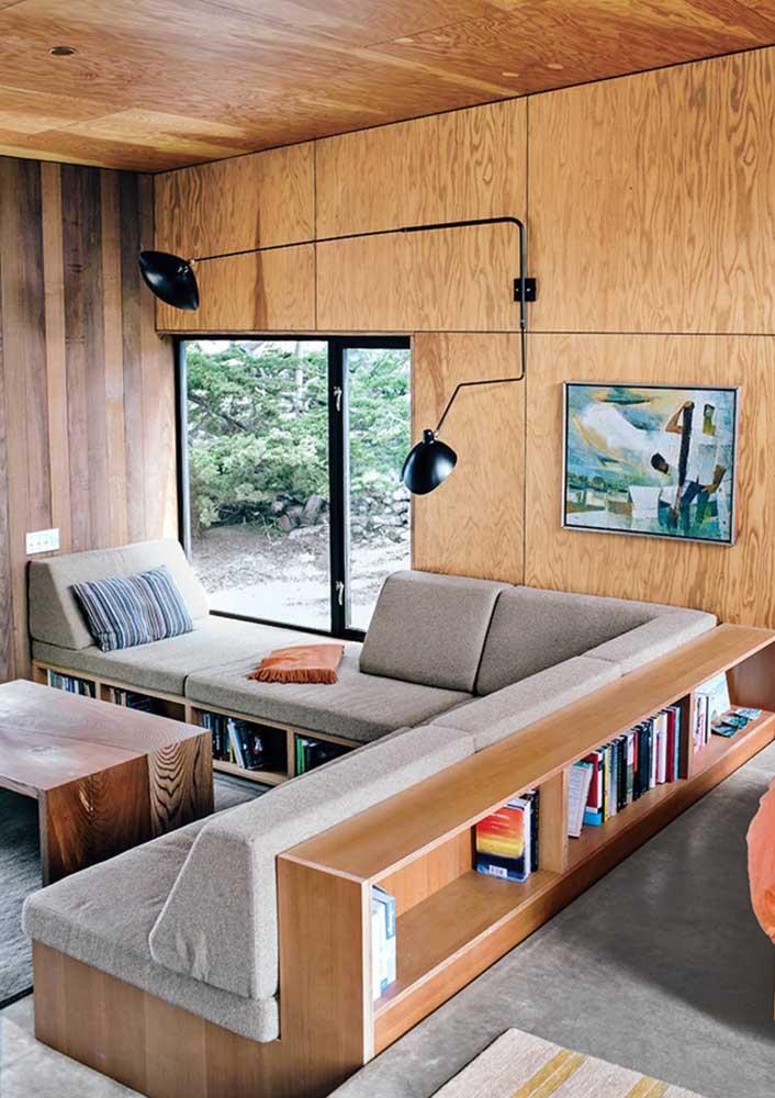 A sala integrada dessa casa contou com um sofá de canto com nicho vazado no encosto