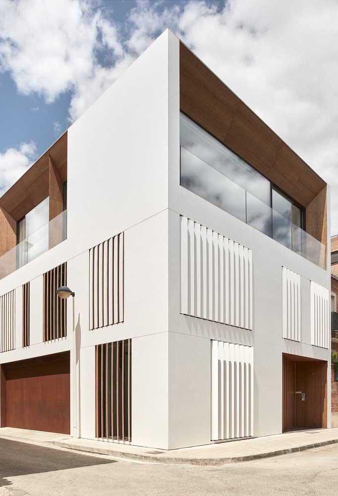 Uma casa super moderna de três andares com detalhes incríveis na fachada