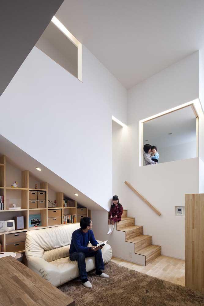 Casa planejada por dentro com ambientes integrados e espaços otimizados, como o debaixo da escada