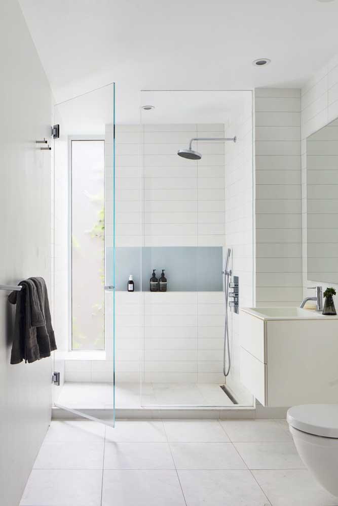 Com a planta planejada da casa foi possível incluir uma janela para entrada de luz natural no banheiro