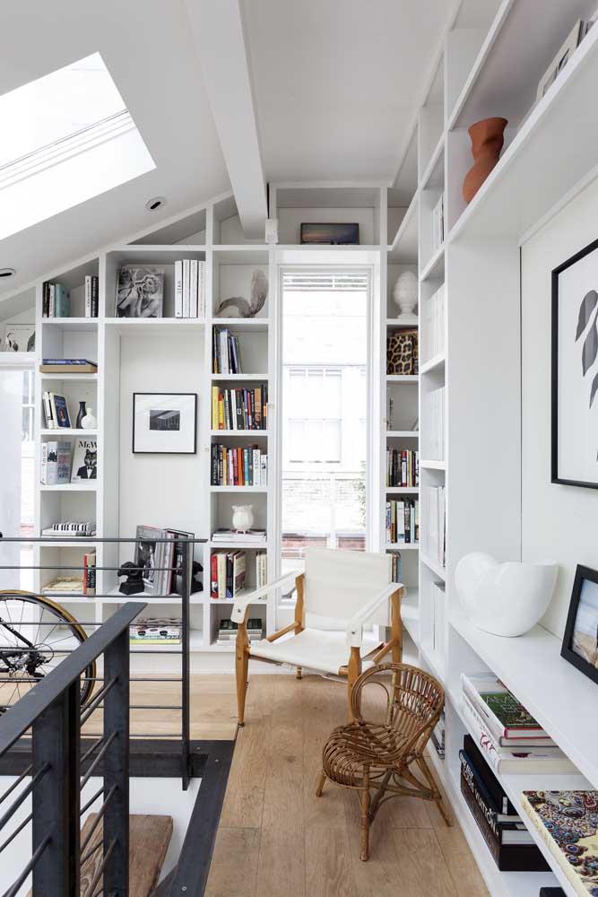 A claraboia garantiu entrada de luz natural para a pequena biblioteca particular da casa