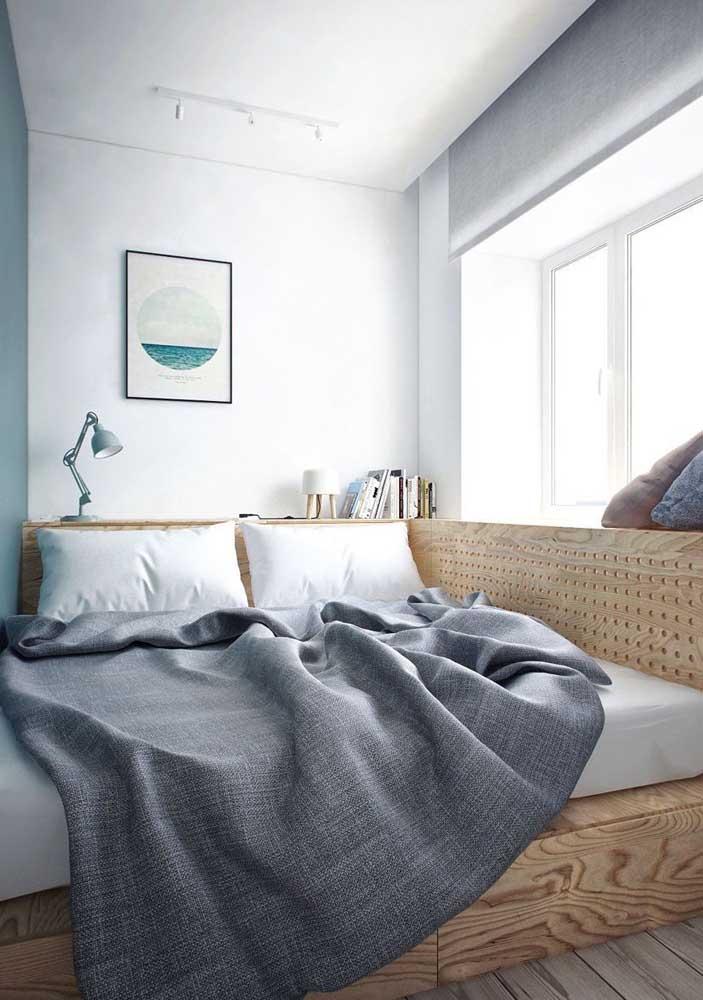 A cama foi embutida no quarto planejado junto com a estrutura de madeira que funciona como suporte para objetos, uma ideia super bacana para quem tem pouco espaço