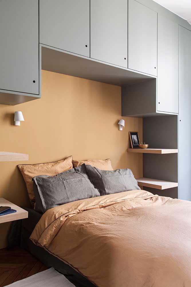 O quarto do casal ganhou móveis sob medida para facilitar o dia a dia e aproveitar mais o espaço