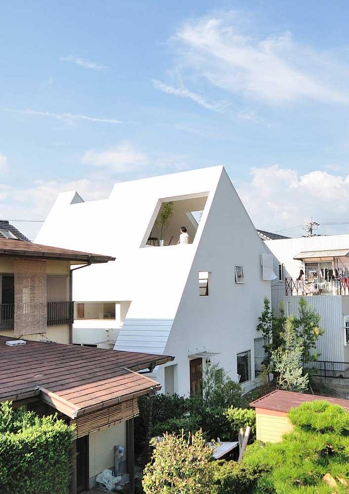 Casa planejada com claraboia e acessos no telhado para aumentar a entrada de luz natural