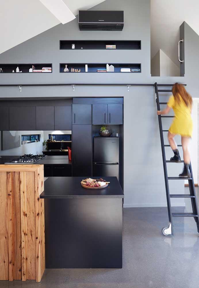 Destaque para o pequeno sótão criado nessa cozinha planejada