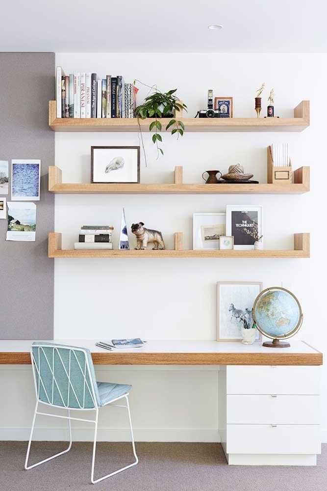 Um home office planejado e clean com prateleiras e balcão sob medida