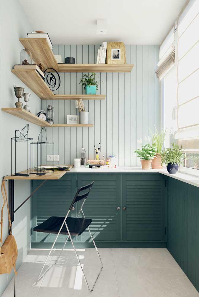 Aqui, o pequeno espaço se tornou o home office perfeito, com tudo sob medida