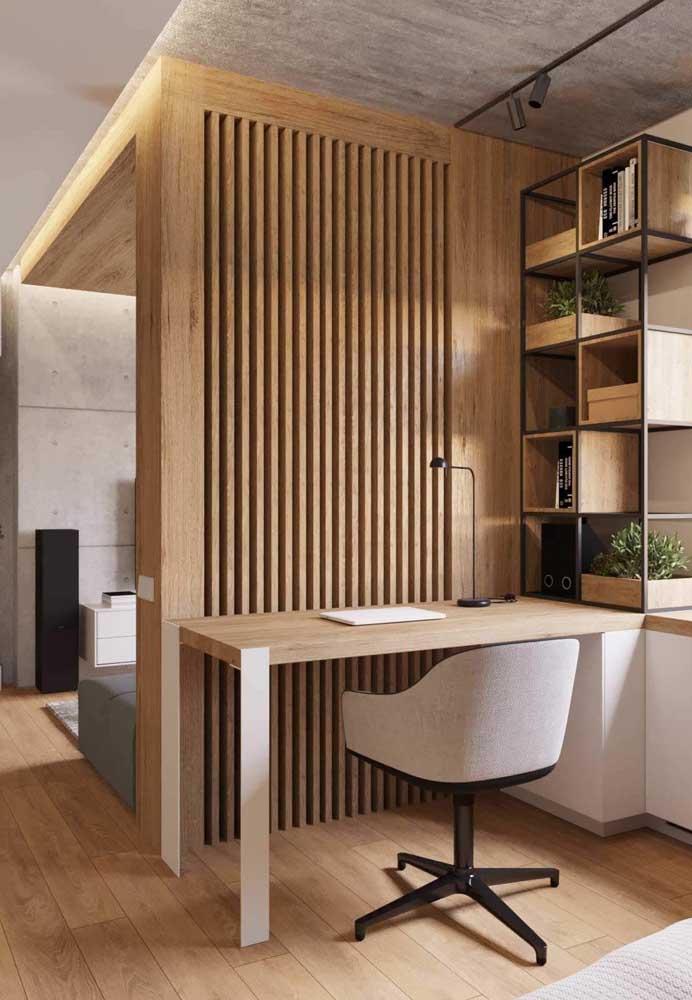 O painel em madeira separou os ambientes e ajudou a criar um home office elegante