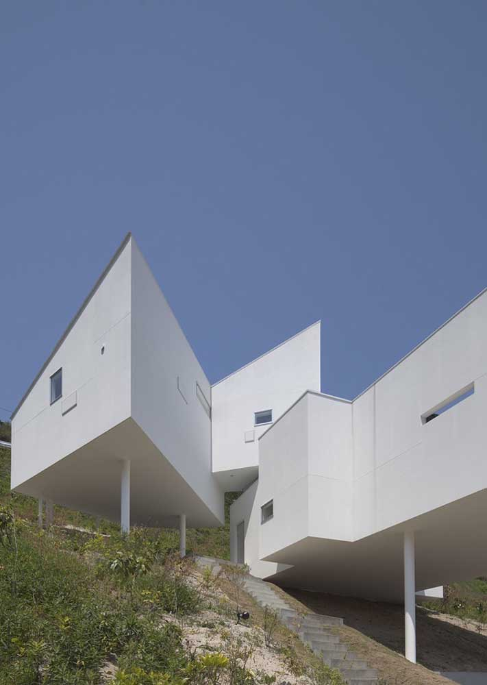 Nessa casa foi necessário pensar em uma estrutura diferenciada para contemplar o terreno com caída para frente