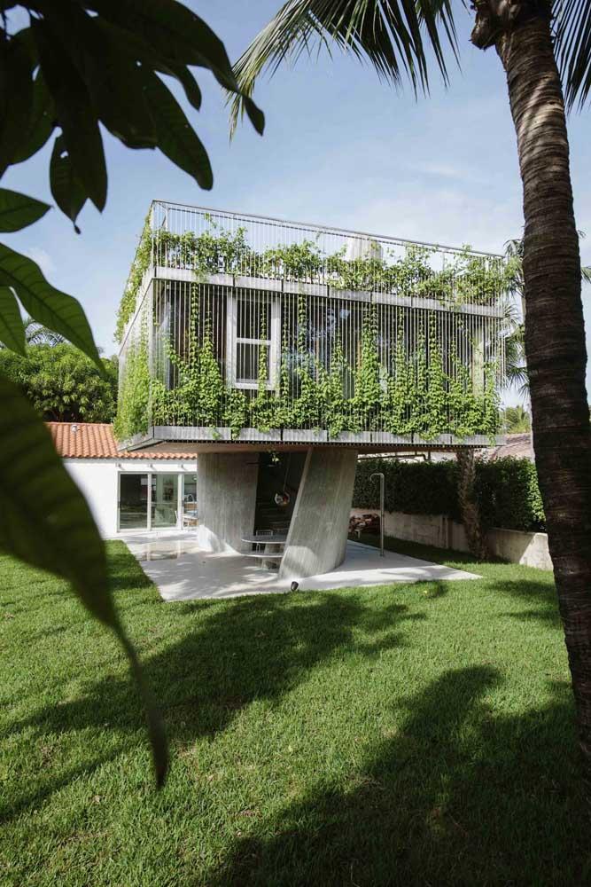 Essa casa planejada foi pensada para deixar o andar de baixo livre, criando um espaço totalmente integrado à área externa