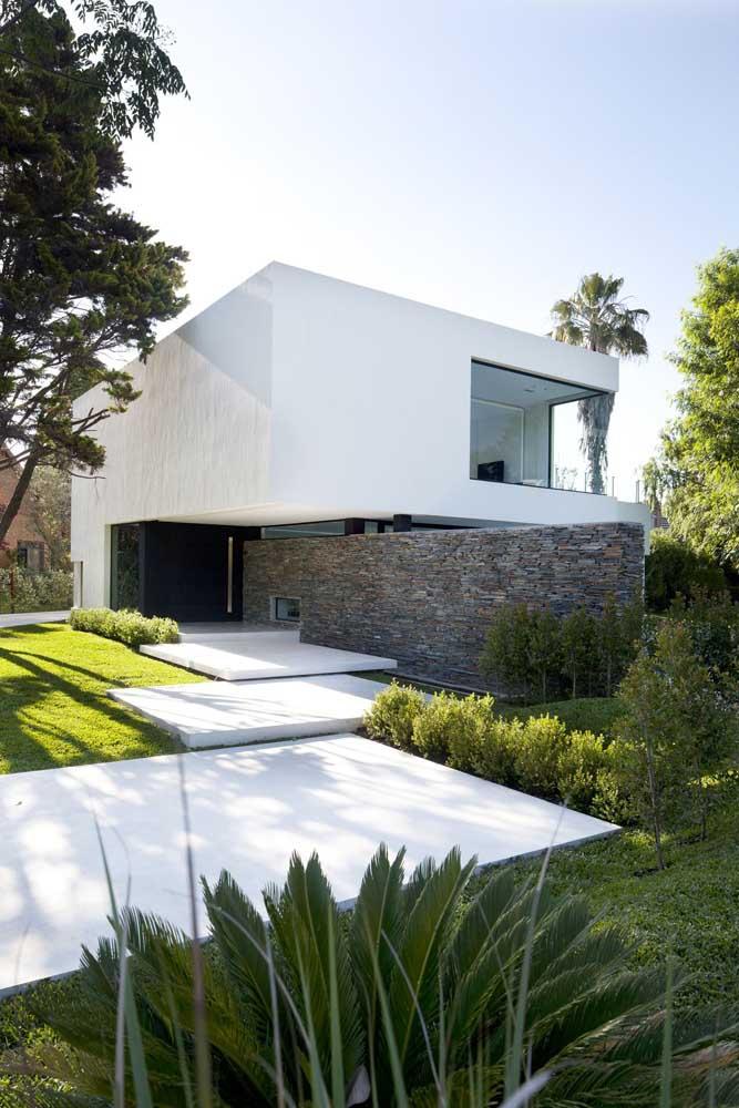 Casa planejada com entrada única e jardim na fachada