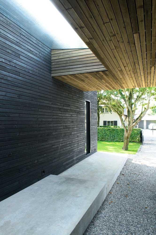 A entrada da casa ganhou uma cerca viva de pequeno porte para delimitar a calçada