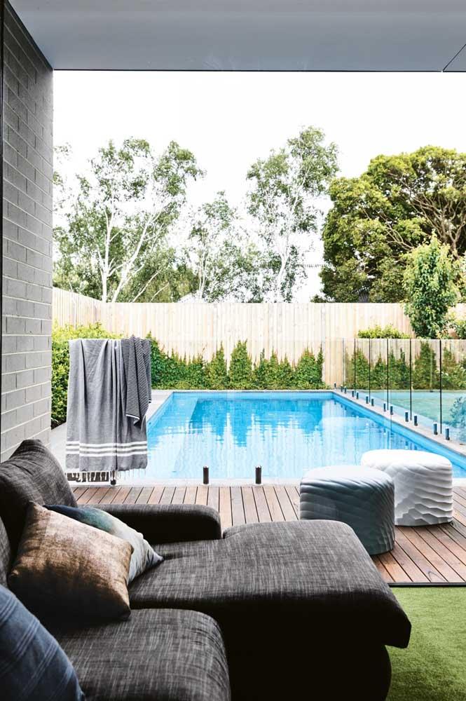 A área da piscina ficou perfeita com a escolha da cerca viva ao redor do ambiente
