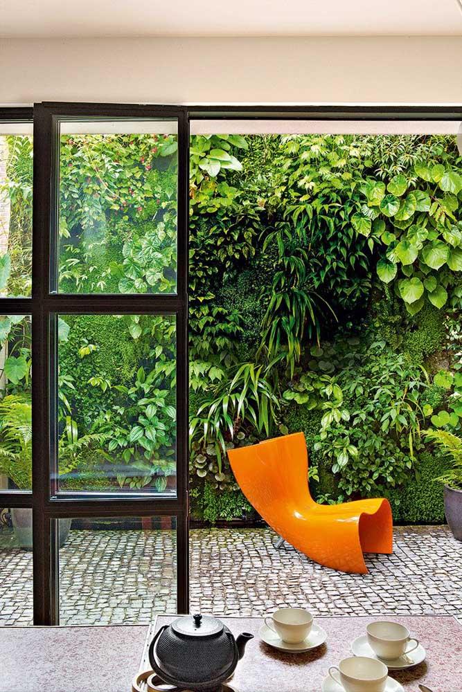 Cerca viva na varanda com espécies diferentes de plantas, formando um tipo de jardim vertical
