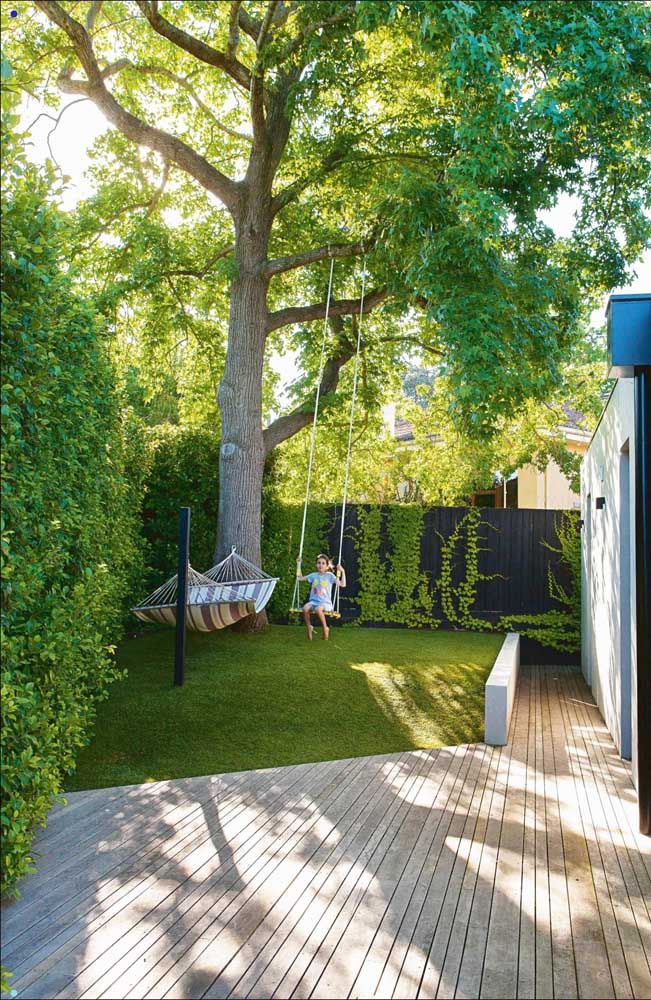 O pequeno jardim da residência contou com uma cerca viva para fechar o espaço
