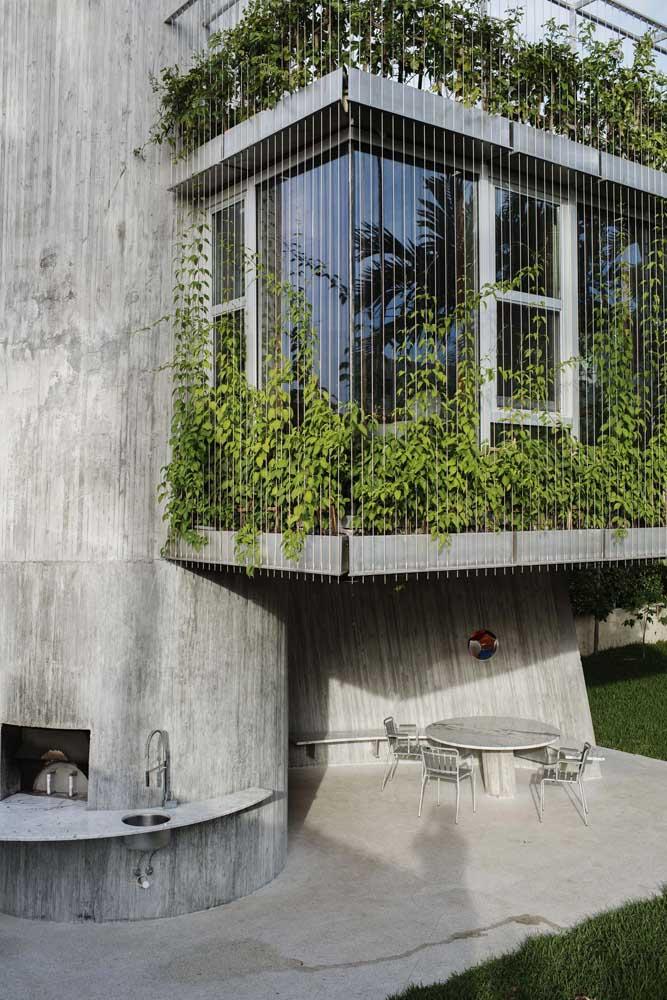 A fachada da casa contemporânea ficou belíssima com a cerca viva no segundo pavimento; uma proposta ótima para varandas de apartamento também