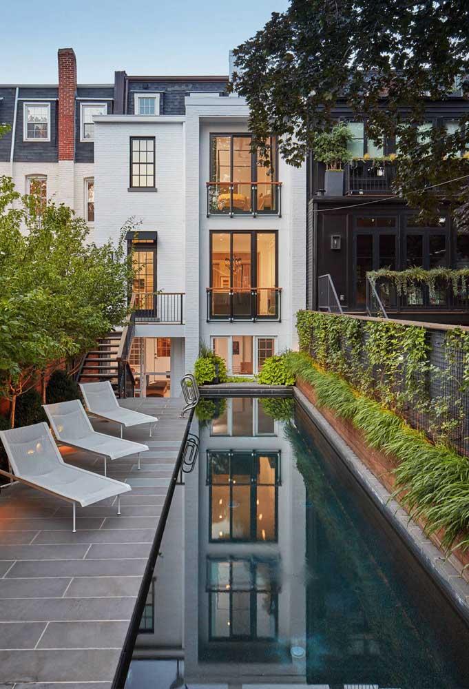 Áreas de piscina ficam ótimas com cercas vivas no entorno