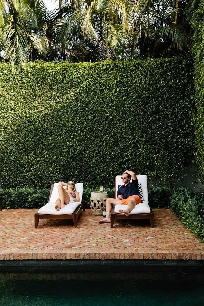 A cerca viva desta área externa permitiu a união entre a beleza do verde com a privacidade