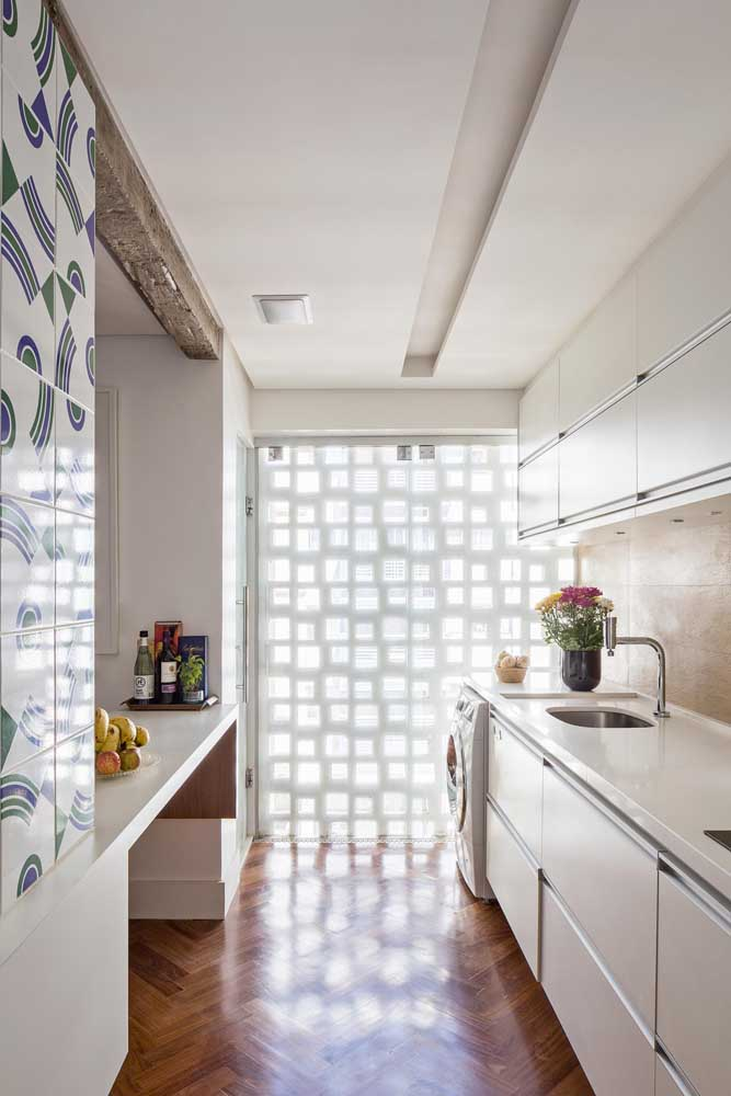Cobogós brancos deixando a luz natural invadir a cozinha