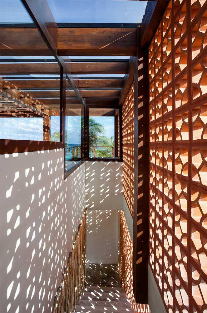 Transforme aquele corredor sem graça da sua casa com uma parede de cobogós