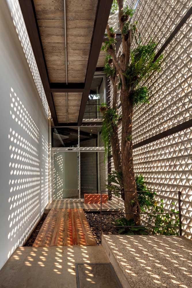 Os cobogós também são ótimos para trazer luminosidade a jardins internos