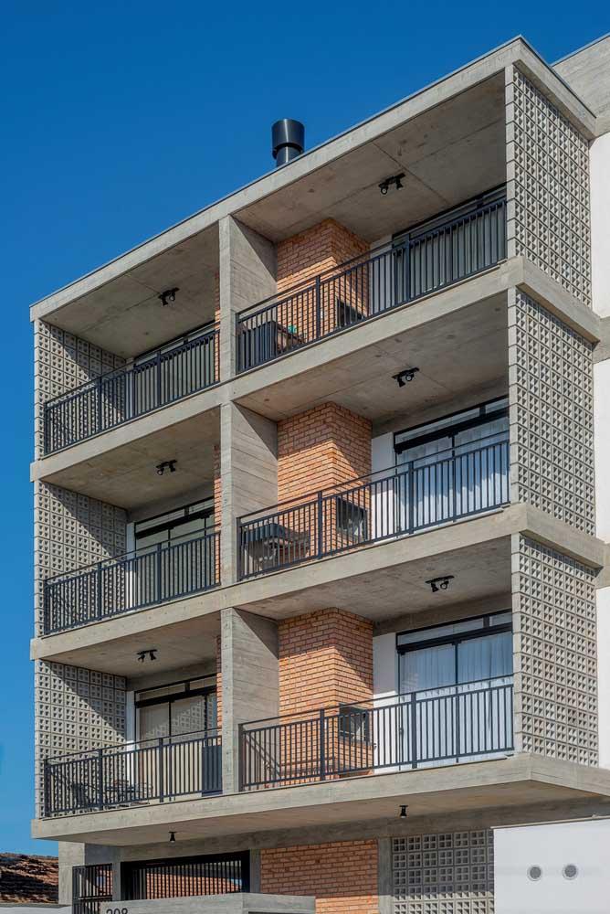 As varandas desses apartamentos ganharam paredes laterais feitas com cobogós de concreto