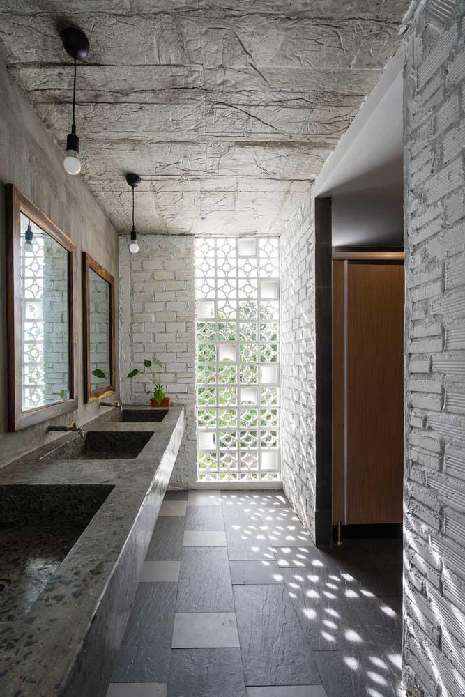 O banheiro ganha luz e leveza com a meia parede de cobogós