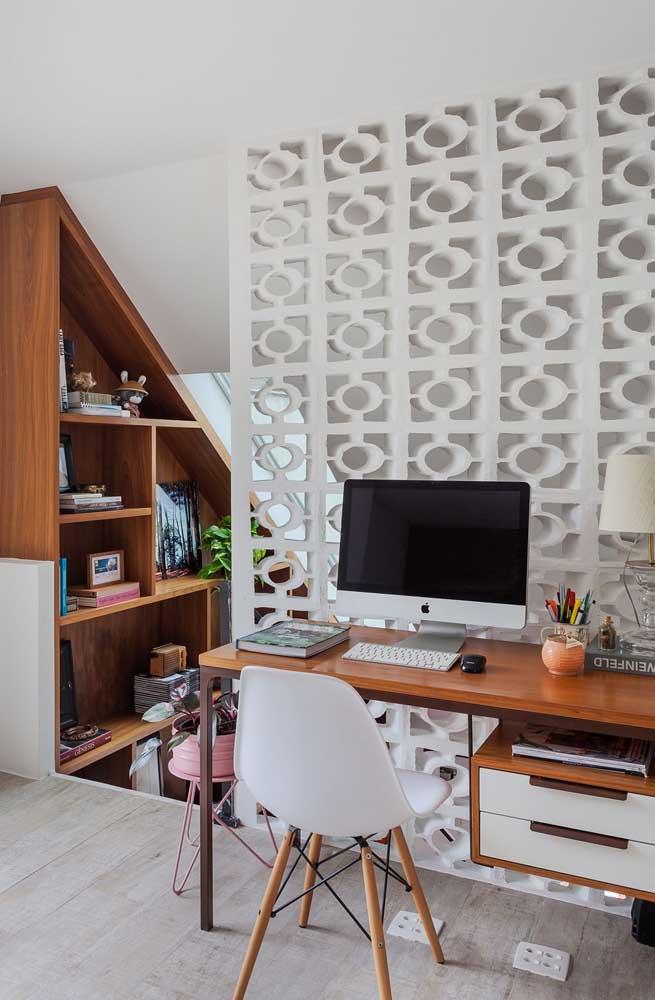 Os cobogós ajudam a demarcar o espaço destinado ao pequeno home office