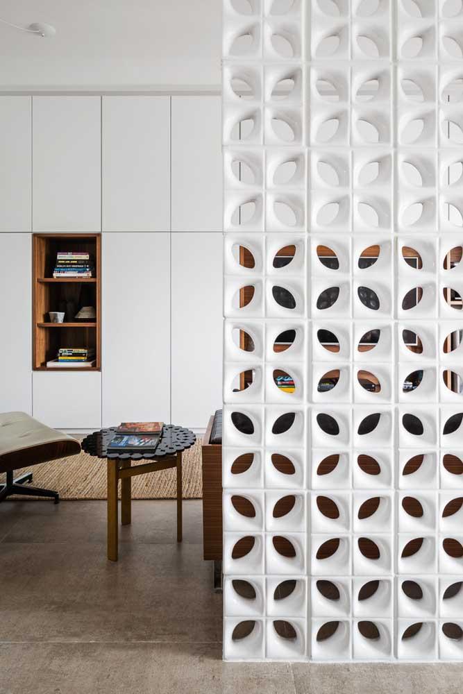 Aqui, os cobogós de cerâmica branca esmaltada também foram os escolhidos para criar a divisória