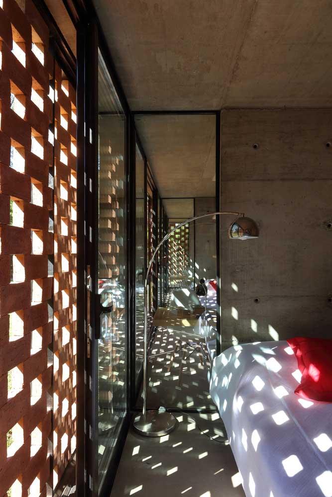 Os cobogós trazem uma luminosidade especial para esse quarto