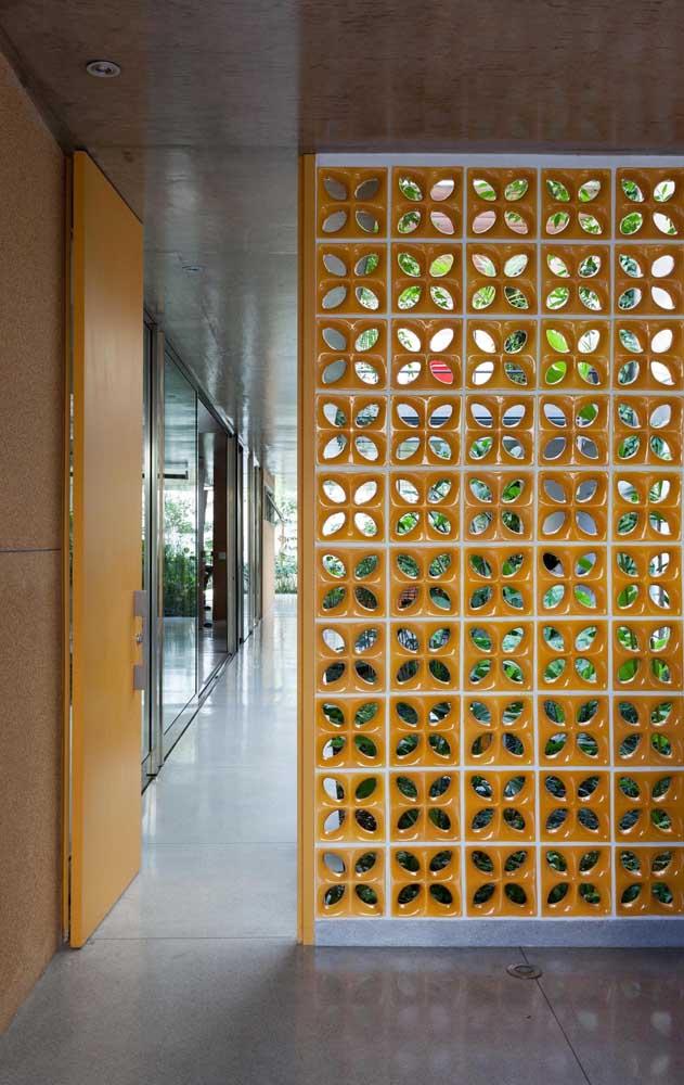 Cobogós esmaltados amarelos para combinar com a porta da mesma cor