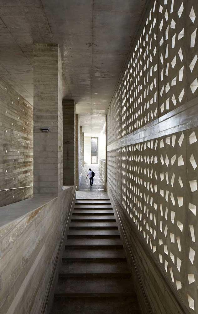 Esse corredor amplo foi presenteado com o uso dos cobogós em toda sua extensão