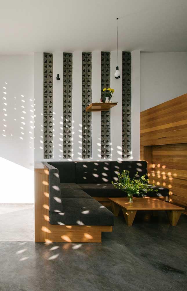 Faixas de cobogó decoram uma das paredes desta sala; mas, repare, que pela luminosidade que chega no ambiente também existem cobogós na parede aos fundos