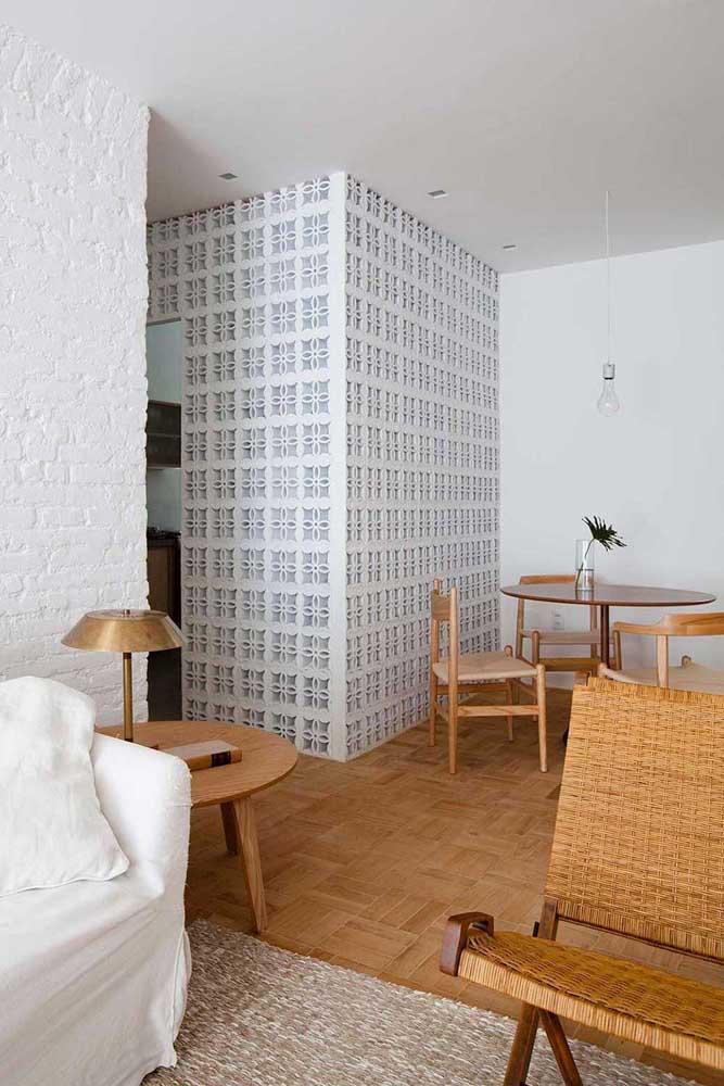 Um ambiente inteiro feito de cobogós; a proposta traz leveza e fluidez para o interior da casa
