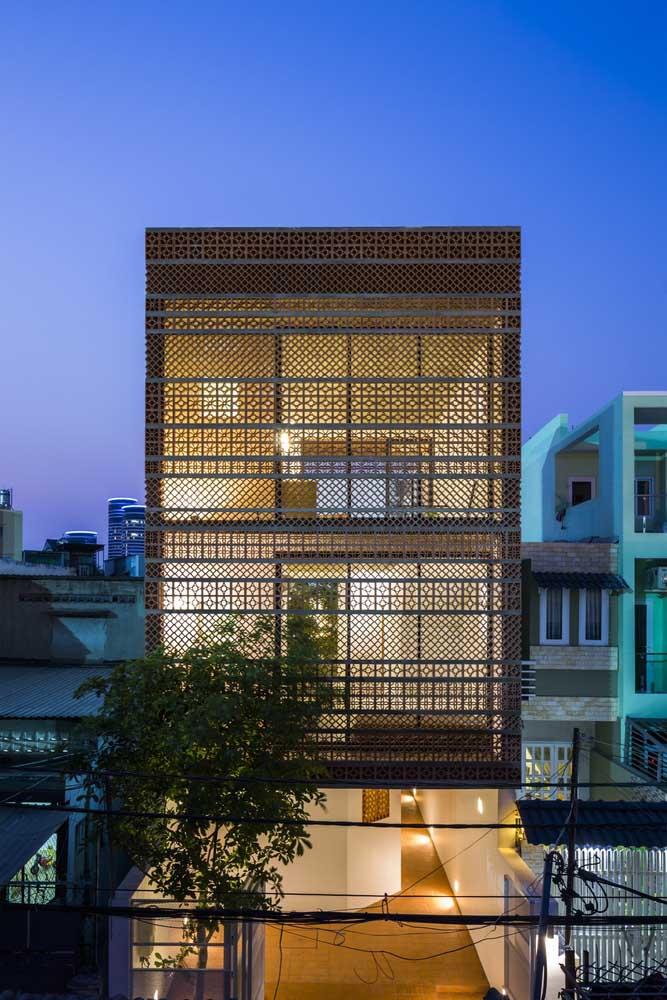 Já essa casa sobrado apostou no uso de cobogós junto às janelas para garantir a luminosidade, sem expor a privacidade dos moradores