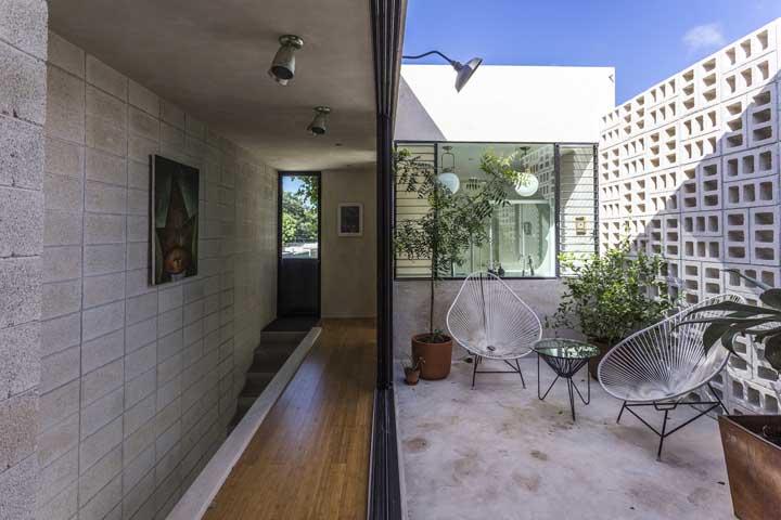 Aqui, os cobogós de concreto trazem beleza e demarcam os limites do terreno