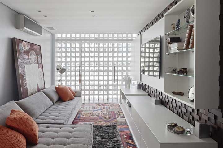 Na sala de estar, os cobogós são pura luz