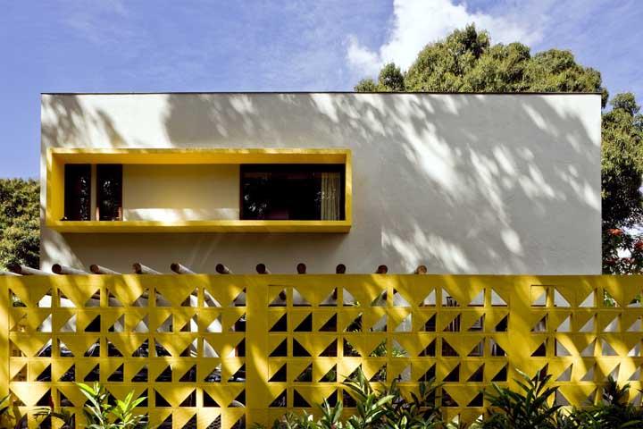 Maravilhoso esse muro de cobogós amarelos; repare que a cor se repete na moldura da janela também